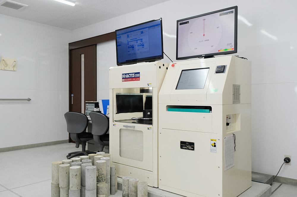 圧縮試験機と試験用のコンクエリート