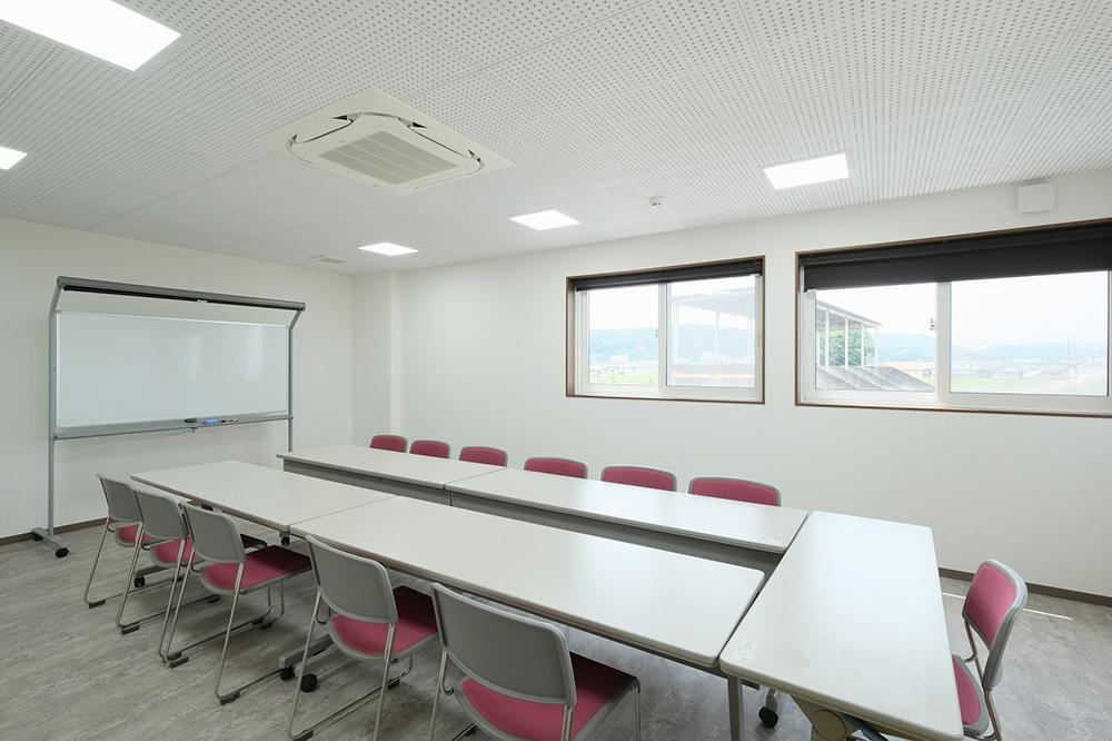 長机とイスとホワイトボードがある会議室